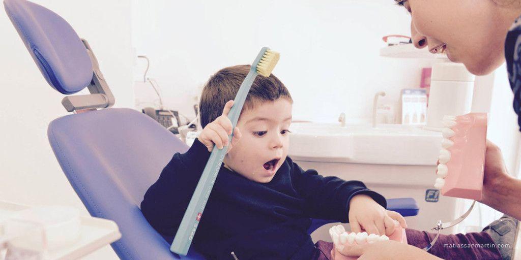 niño en su primer visita al dentista