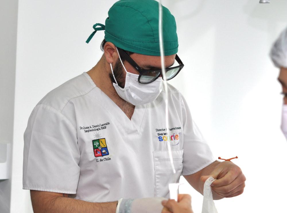 Médico dentista trabajando