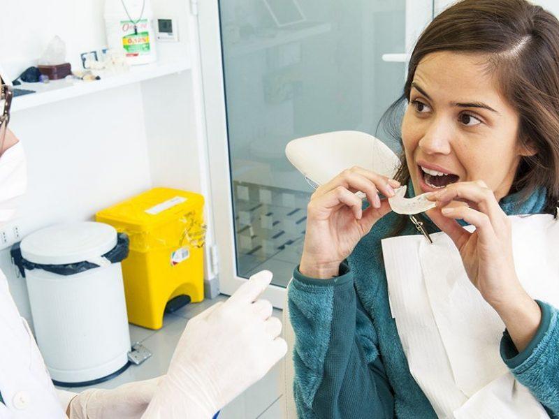 mujer recibiendo tratamiento de ortodoncia