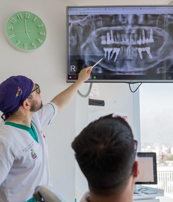 Dentista especialista en implantología